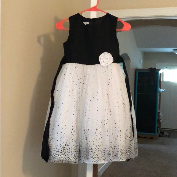 c8952c421b Girls Black and White Twirly Dress. M 5b78a7021e2d2dbcc1d877d8